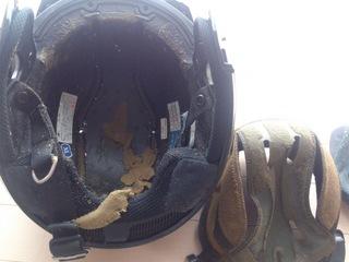 劣化したヘルメットの内装