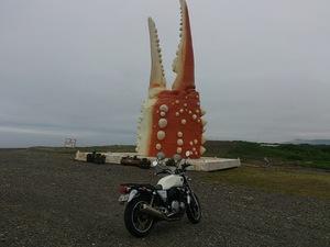 レンタルバイクのCB1100とカニの爪プロムナードの前で