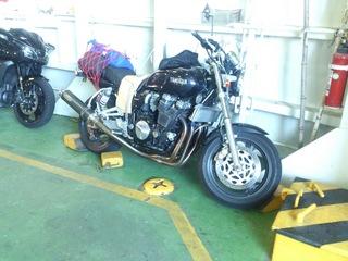 スオーナダフェリーで縛られたバイク