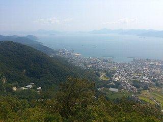 野呂山の鉢巻き展望台から見た造船所