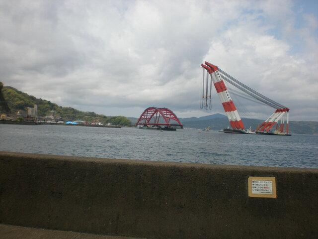 海を運ばれる音戸大橋