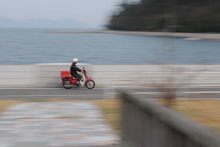 下蒲刈島の郵便バイクを流し撮り