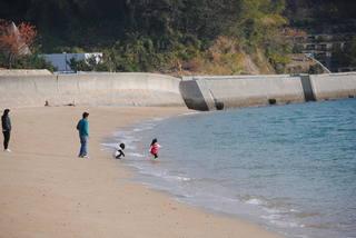 県民の浜で遊ぶ親子