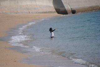 県民の浜でシーズンオフの海に入る子供