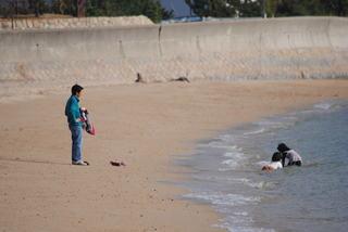 県民の浜で海水浴して遊ぶ子供