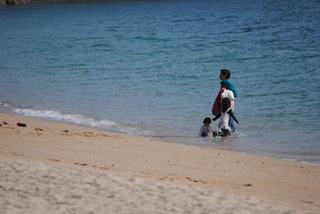 県民の浜でシーズンオフの海水浴を楽しむ親子