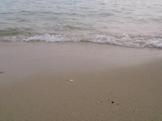 開運トンネルを抜けた砂浜