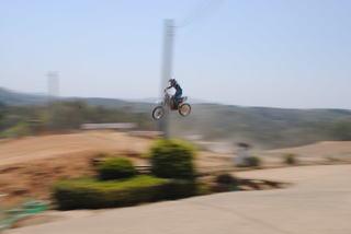 バイクが飛び跳ねるモトクロス