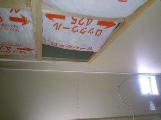 屋根裏収納の石膏ボードを剥いだところ