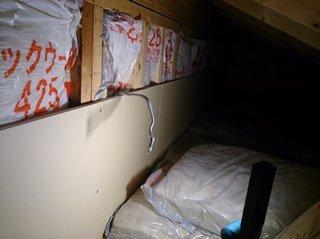 屋根裏収納に照明の配線をする