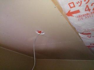 屋根裏収納の照明用の配線を取りだしたところ