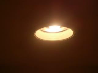 屋根裏収納の照明にはダウンライト採用