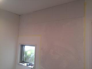 結露や臭いで悩む玄関の壁にエコカラット「たけひご」を貼る