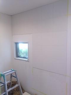 結露や臭いで悩む玄関の壁に2種類のエコカラットを貼る