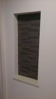 グラナスルドラを貼って重厚感の出た玄関のニッチ