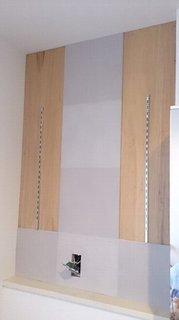 順にエコカラットが貼られる脱衣所の壁