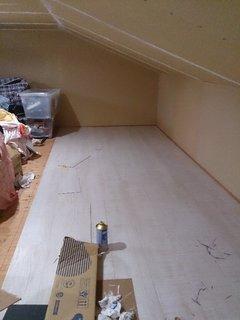 DIYで屋根裏収納の床をリフォーム中