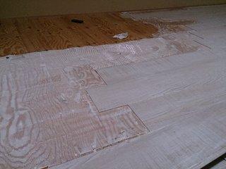 屋根裏収納の床材を貼る接着剤を塗ったところ