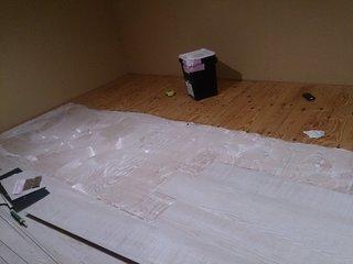 屋根裏収納をDIYしている作業風景