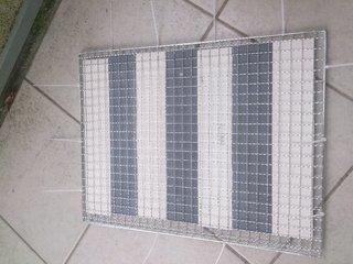 エコカラットの端材を網で挟んでとめる