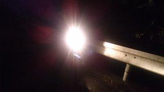 早朝ツーリングの道を照らすXJR1200のヘッドライト