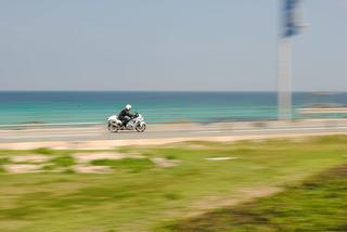 バックには角島のコバルトブルービーチがあるツーリングライダー