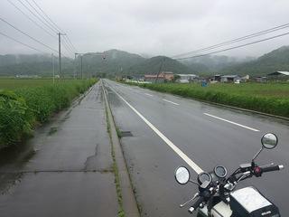 路面が濡れた北海道の道