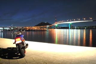 一眼レフカメラで撮影した橋の夜景とXJR1200