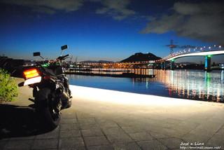 一眼レフカメラで撮影した海田大橋の夜景を眺めるXJR