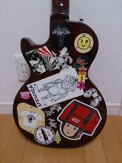 裏面もステッカーだらけのギター