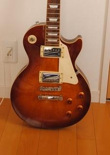 落書きもステッカーも綺麗になったギター