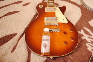 ステッカーが綺麗に剥げたギター