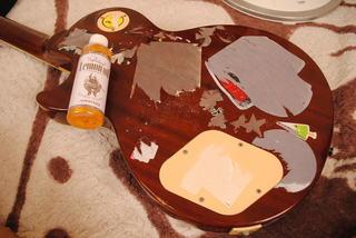 ギターに貼ったステッカーにレモンオイルを掛けたところ