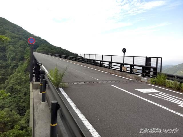 麓側から見た天空の橋「紅葉橋」