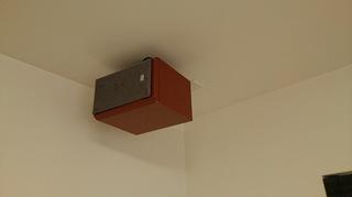 天井に取り付けたスピーカー