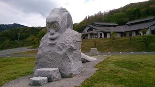 サル顔のおろちの石像