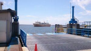 和歌山港に入港する南海フェリー