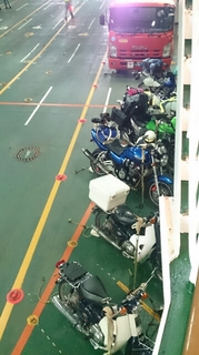 南海フェリーの船内で固定されたバイク