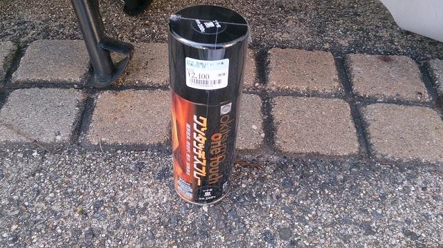 塗装の剥がれたバイクのエンジンを塗装する缶スプレー