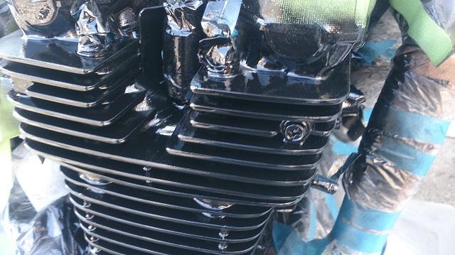 バイクのエンジンを載せたまま自家塗装を始めたところ