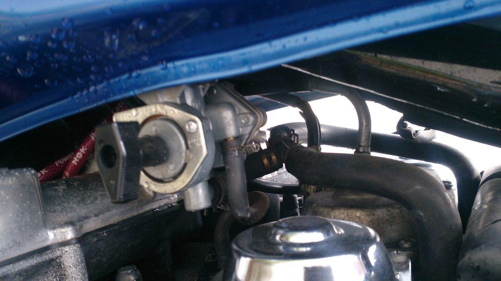 バイクのタンクの燃料ホースと負圧ホースの取り外し