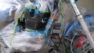 エンジンをバイクに乗せたまま自家塗装をしている様子