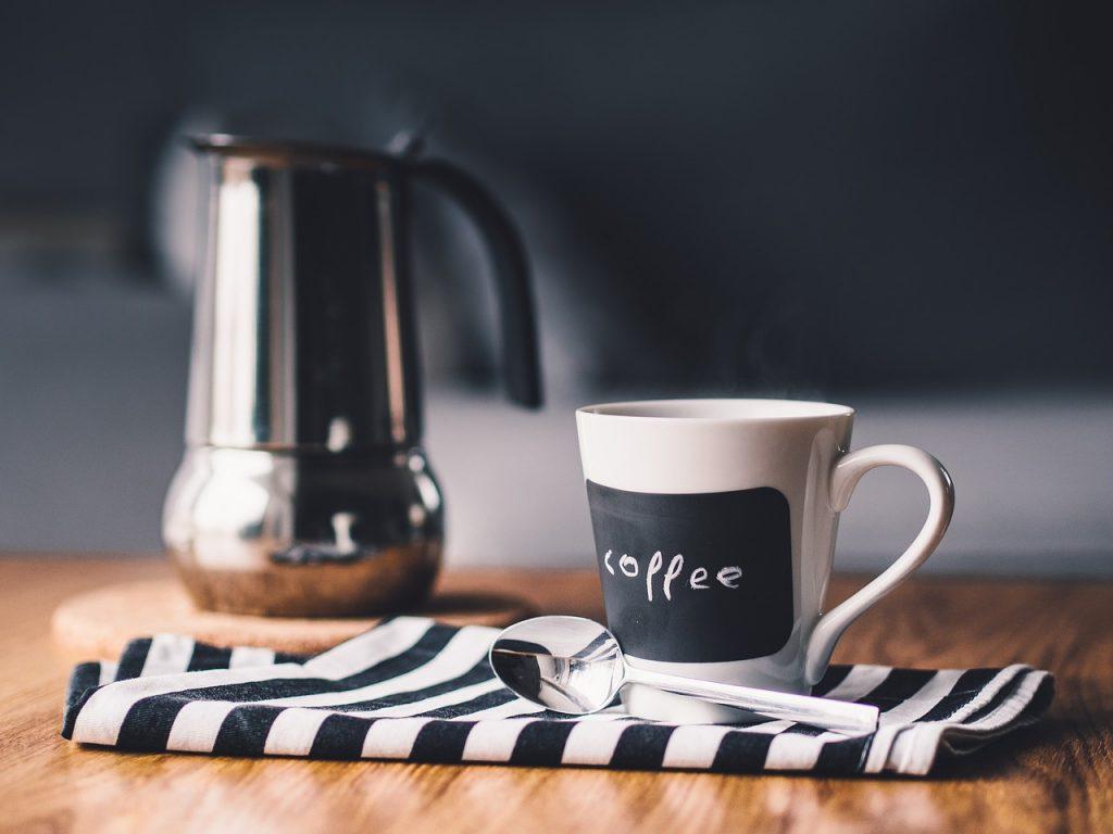 コーヒーカップが置かれたダイニングテーブル