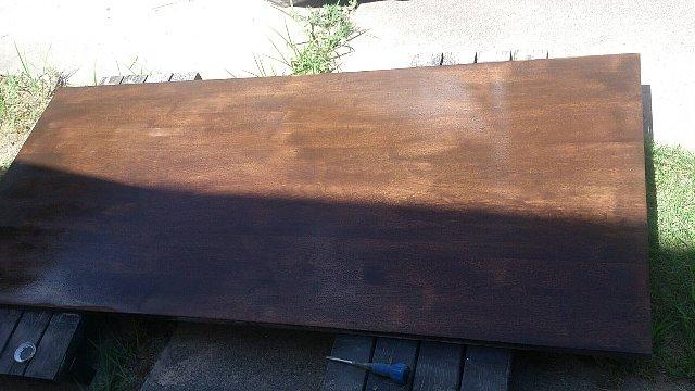 バトンで再塗装も終わり乾燥中のテーブル