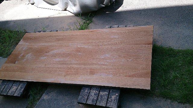 塗装の邪魔になる削りカスを拭いた後のテーブル