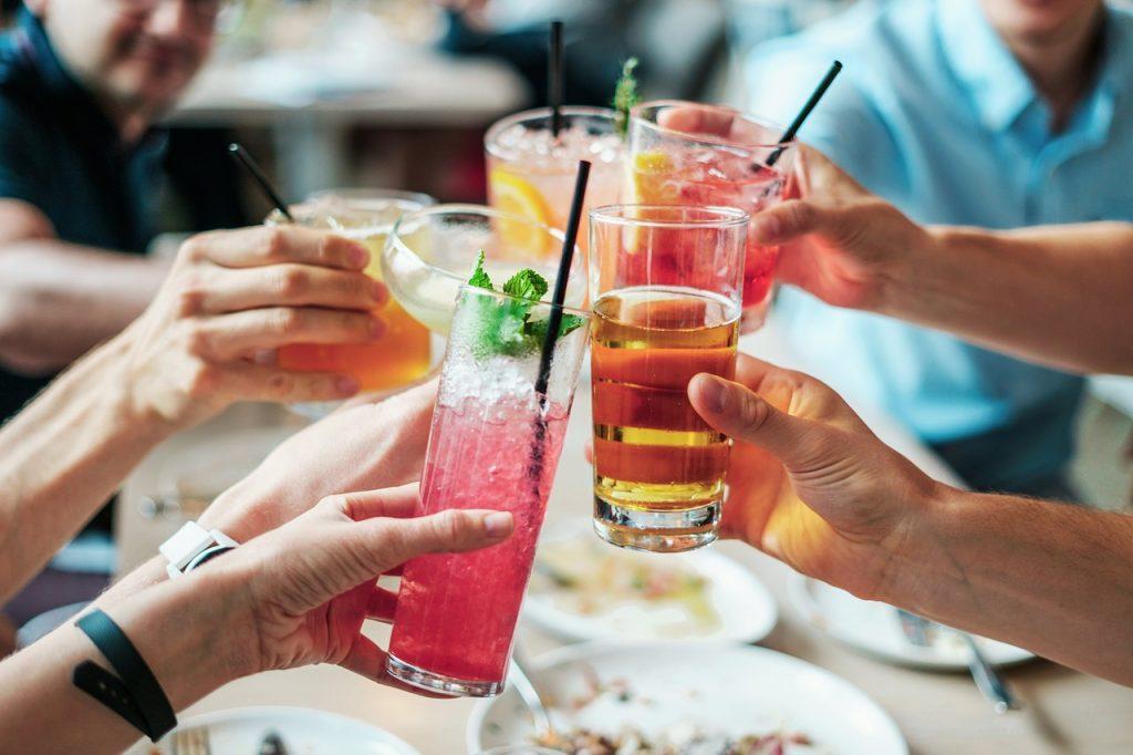 飲み会のアルコールはまだしも、一人で飲む酒はやめた方がいい