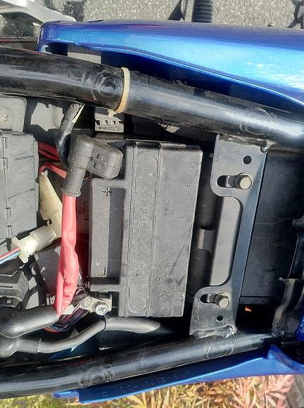 冬眠中取り外していたXJR1200のバッテリーをつなぐ