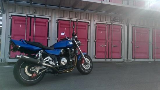 トランクルームへバイクを預ける