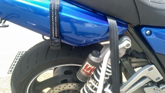 荷物を固定するのに荷締めベルトを使う