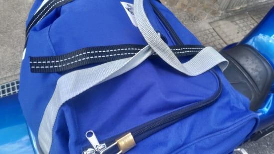 荷締めベルトはバッグのひもを通す